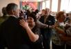 Ветеран Великой отечественной войны Павел Мурашкин (в центре) танцует на встрече ветеранских клубов города Болотное Новосибирской области.