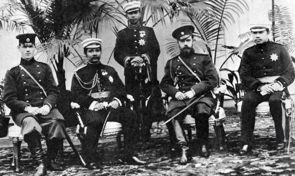 Император Николай II (второй справа), великий князь Михаил Александрович (первый слева) во время встречи сиамского короля (второй слева) в Царском Селе. 1897