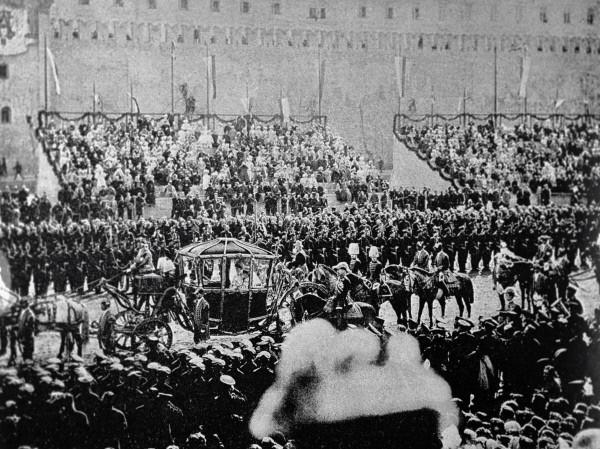 Карета с императором Николаем II едет вдоль Кремлевской стены в день коронации.10896