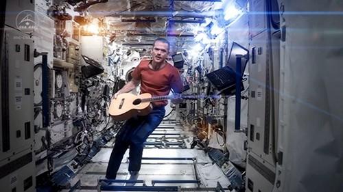 После того, как канадский астронавт Крис Хэдфилд исполнил известную песню Дэвида Боуи Space Oddity и выложил видеоклип на YouTube, запись практически за двое суток набрала почти миллион просмотров.
