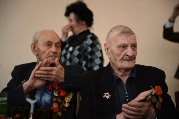 Ветераны Великой Отечественной войны Николай Пономарев и Владимир Архипенко (справа) на встрече ветеранских клубов г. Болотное Новосибирской области.