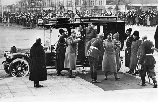 Российский император Николай II (в центре) прибыл в Петербург, где подготовлена торжественная встреча. Празднование 300-летия Дома Романовых. 1913