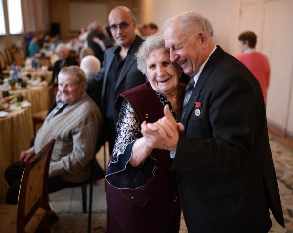 Ветеран Великой отечественной войны Антонина Плисковская танцует на встрече ветеранских клубов города Болотное Новосибирской области.