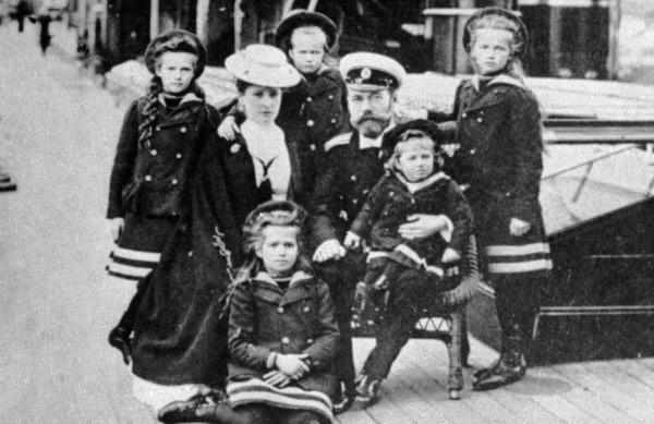 Российский Император Николай II, Императрица Александра Федоровна, Великие княжны Ольга, Татьяна, Мария, Анастасия, цесаревич Алексей. 1905