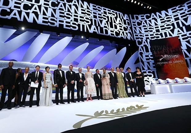 Первым на сцену вышел Стивен Спилберг, зал в течение пяти минут аплодировал ему стоя. После этого Спилберг вызвал на сцену остальных членов жюри и предложил зрителям посмотреть нарезку фильмов, участвующих в основном конкурсе 66-го Каннского кинофестиваля