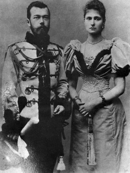 Великий князь цесаревич Николай II (слева) с невестой Алисой Гессенской - будущей супругой Александрой Федоровной (справа). 1894