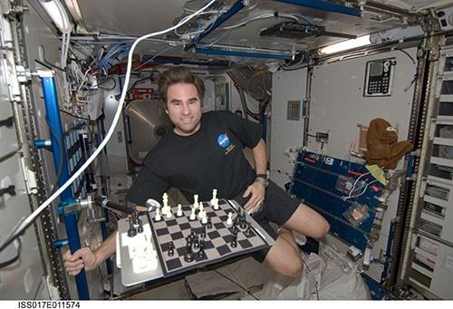Астронавт NASA Грегори Шэметофф дистанционно играет в шахматы с американской юниорской командой.