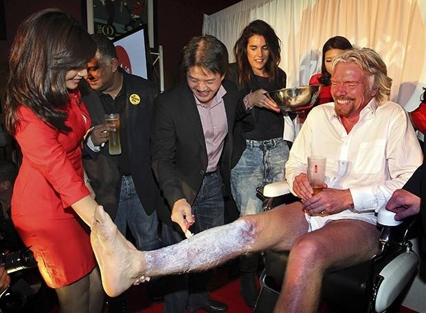 Перед тем как облачиться в фирменную алую униформу компании, Брэнсон побрил ноги