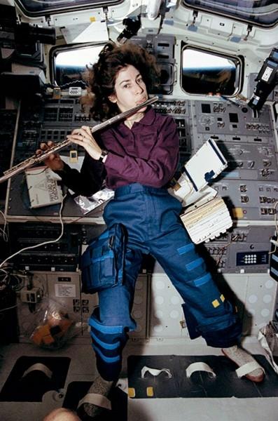 Космонавты везут на орбиту не только все необходимое для экспериментов и жизнедеятельности станции, но и музыкальные инструменты, например Астронавт НАСА Эллен Очоа взяла с собой флейту.