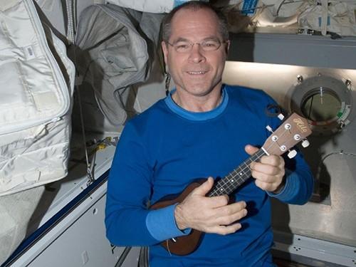 Астронавт Кевин Форд: «Собираюсь брать с собой маленькое электронное пианино, кроме того я немного играю на гитаре, которая имеется на борту МКС. Вместе с тем, свободное время я постараюсь посвятить фотосъемкам Земли».