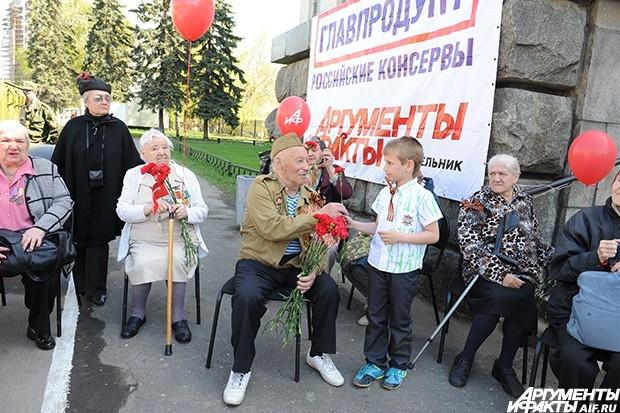 Все ветераны, посетившие праздник, получили продуктовые наборы от компании «Главпродукт» и памятные подарки от «АиФ»