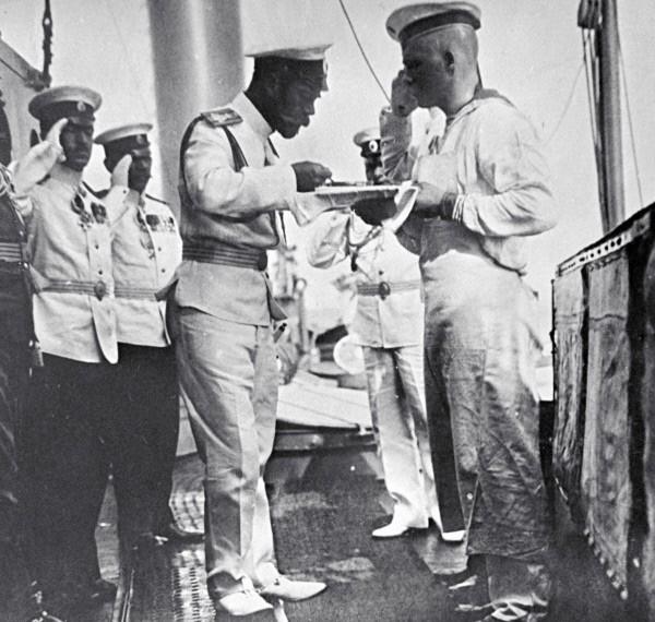 Российский император Николай II (в центре) пробует обед, приготовленнный на корабле. 1910