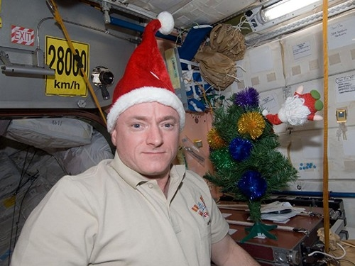 Как это ни странно, экипаж МКС имеет возможность множество раз отметить наступление Нового года, в 2012 году эта цифра составила пятнадцать раз. Зависит она от количества временных поясов, которые пересекает станция.