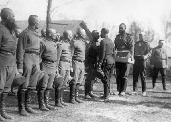 Император Николай II христосуется с солдатами железнодорожного полка в праздник Пасхи. 1914
