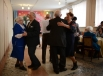 Ветераны Великой Отечественной войны Екатерина Серегина и Павел Мурашкин (слева) танцуют на встрече ветеранских клубов города Болотное Новосибирской области.
