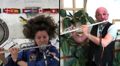 Астронавт НАСА Кэтрин Колман выступает дуэтом вместе со своим кумиром Иэном Андерсоном из группы Jethro Tull.