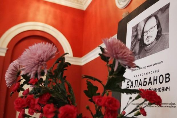 Портрет режиссера Алексея Балабанова в траурной рамке в вестибюле киностудии «Ленфильм». Балабанов скончался 18 мая на 55-м году жизни.