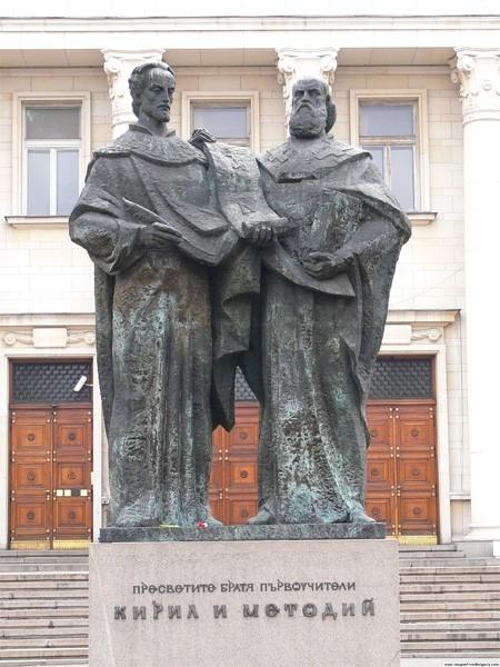 Статуя в честь Кирилла и Мефодия перед зданием Национальной библиотеки Святых Кирилла и Мефодия в городе София, Болгария.