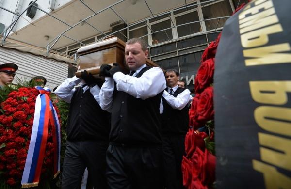 Вынос гроба с телом режиссера Петра Тодоровского после гражданской панихиды в Центральном доме кино.