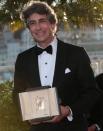 Режиссер Александр Пэйн с призом за лучшую мужскую роль, который он получил за актера Брюса Дерна (фильм А.Пэйна «Небраска»),