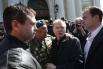 Актер Александр Баширов (второй справа) во время прощания с режиссером Алексеем Балабановым у Князь-Владимирского собора в Санкт-Петербурге.