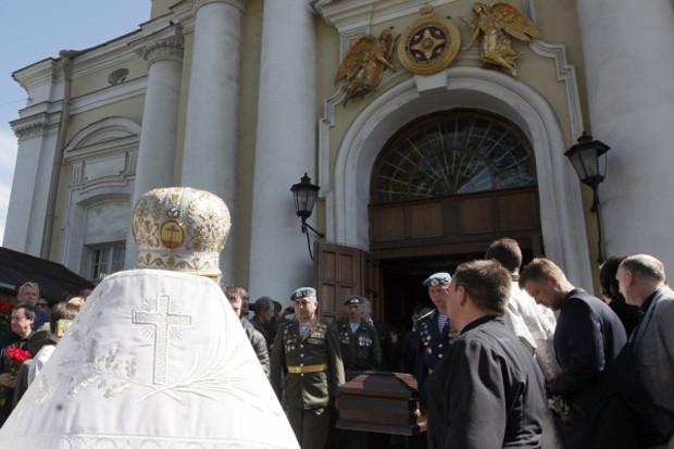 Гроб с телом режиссера Алексея Балабанова выносят из Князь-Владимирского собора в Санкт-Петербурге.