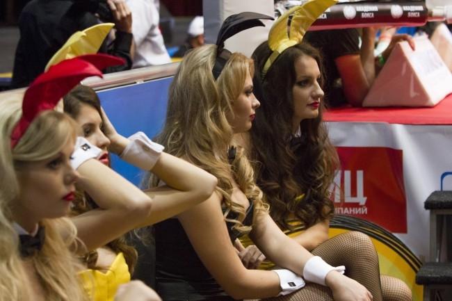 Ring card girls - специально отобранные девушки, объявляющие номер раунда