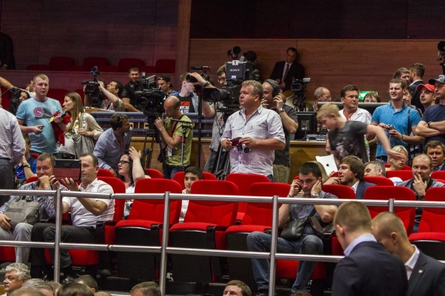 Первые бои прошли практически без зрителей, зато под пристальным вниманием прессы