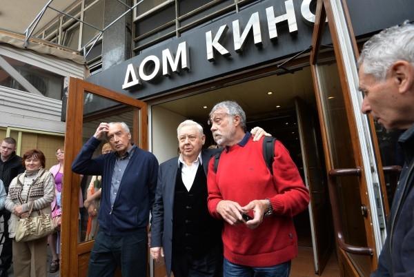 Художественный руководитель, директор МХТ им. А.П. Чехова Олег Табаков (в центре) и журналист Юрий Рост (справа)