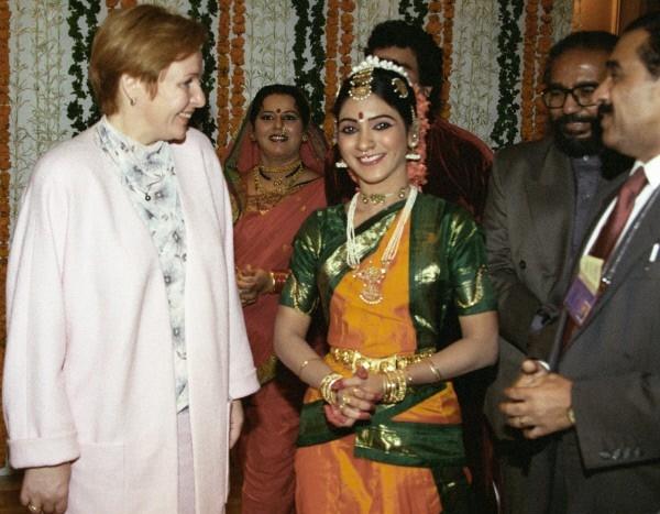 Супруга Президента РФ Людмила Путина  с исполнителями индийских танцев в городе Мумбаи. 2000 г.