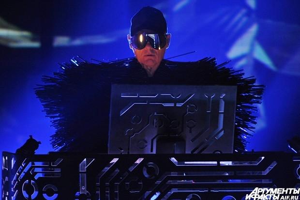 Шоу открыла композиция Axis, ставшая первым синглом новой пластинки.