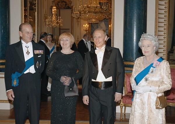 Владимир Путин и его супруга  в Букингемском дворце во время приема от имени королевы Великобритании Елизаветы II.  2003 г.
