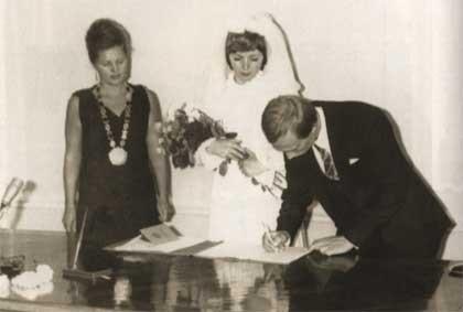 В 1980 году их познакомил общий друг. Он позвал Владимира Путина в театр, а также пригласил Людмилу с ее подругой. На тот момент Людмила работала стюардессой и прилетела в Ленинград всего на три дня.