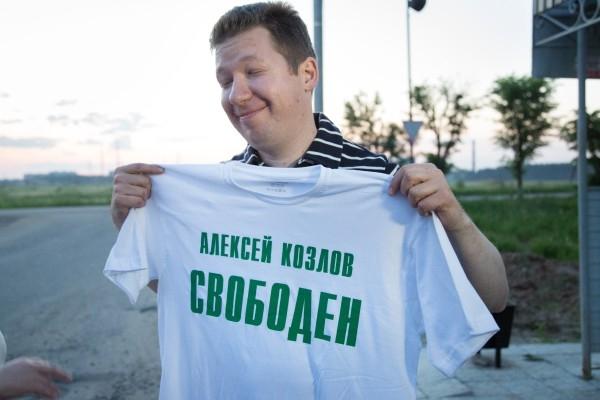 Освобожденный из-под стражи бизнесмен Алексей Козлов у ворот колонии в Иваново.