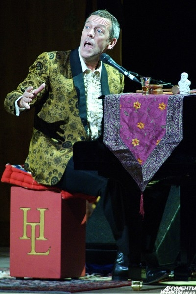 На сцене актер появился, пританцовывая со стаканом виски в руке. Он признался, что счастлив находиться в самом сердце России.