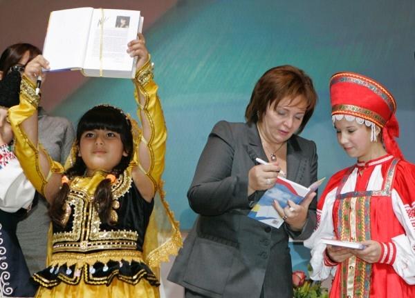 Людмила Путина во время презентации сборника «Открывая друг друга» на Международном фестивале школьных библиотек «БиблиОбраз — 2007» в московском Манеже. 2007 год