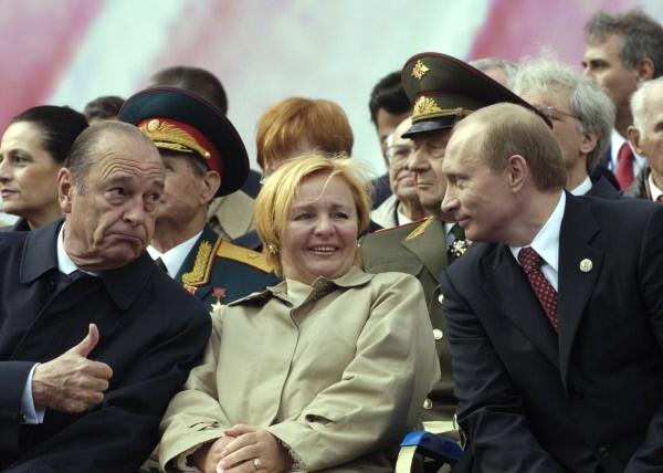 Президент Франции Жак Ширак, супруга президента РФ Людмила Путина, президент РФ Владимир Путин  на Красной площади во время парада, посвященного 60-летию Победы в Великой Отечественной войне. 2005