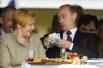 Владимир Путин с супругой Людмилой на Центральном Московском ипподроме, где прошли первые скачки на приз Президента России. 2004г.