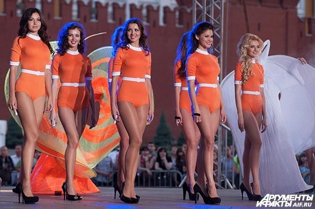 """Участницы конкурса красоты """"Мисс Москва 2013"""" выступают во время финального шоу на Красной площади."""