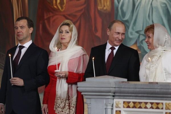 Дмитрий Медведев с супругой Светланой и  Владимир Путин с супругой Людмилой  на праздничном пасхальном богослужении в храме Христа Спасителя. 2011г.