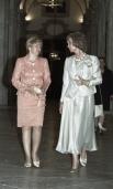 Королева Испании София  и  Людмила Путина  беседуют во время осмотра королевского дворца в Мадриде. 2000 г.