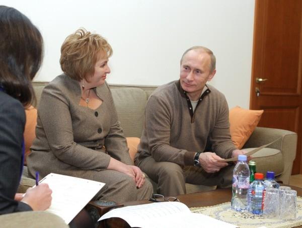 Людмила Путина сказала, что «это цивилизованный развод», а Владимир Путин объяснил, что решение они приняли совместно.