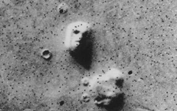 В 1976 году  НАСА обнародовало снимки интересной марсианской горы, сделанные космическим аппаратом «Викинг 1″. Гора сверху напоминала человеческое лицо с глазницами и ноздрями.