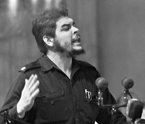Глава правительственной экономической миссии Кубы Эрнесто Че Гевара выступает на митинге советско-кубинской дружбы в Колонном зале Дома Союзов. 1960