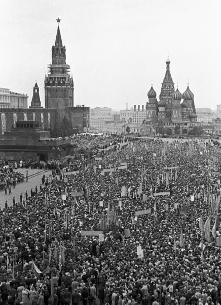 Жители Москвы участвуют в митинге, посвящённом встрече лётчиков-космонавтов Валерия Быковского и Валентины Терешковой. 1963г.