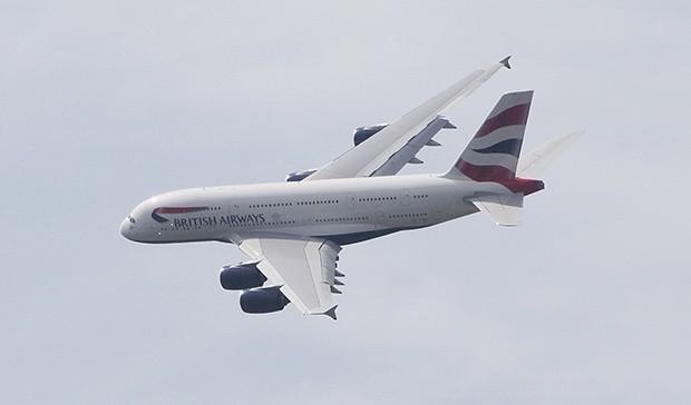 British Airways Airbus A380. Компания будет использовать самолет на  ближнемагистральных маршрутах для  обучения персонала до того, как  в октябре-ноябре 2013 года поставит супераэробус  для выполнения регулярных рейсов в Лос-Анжелес и Гонконг