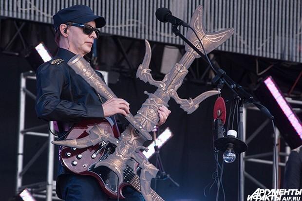 """Лидер группы """"Пикник"""" Эдмунд Шклярский выступает на музыкальном фестивале """"Рок над Волгой""""."""