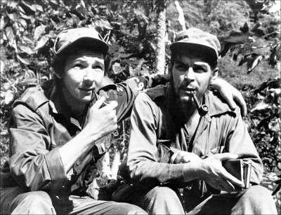 Рауль Кастро с Эрнесто Че Геварой в горах Сьерра-дель Кристаль к югу от Гаваны. 1958 г.