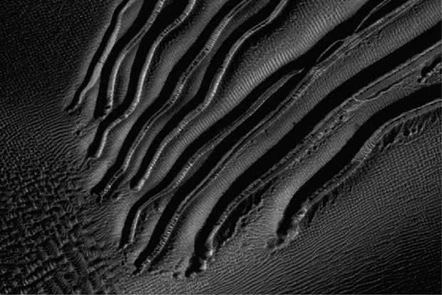 Огромные овраги, длиной от нескольких сотен метров до 2,5 километров, были обнаружены в дюнах, замерзающих зимой на Марсе.