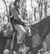 Эрнесто Че Гевара на муле в горах Сьерра-Маэстра.